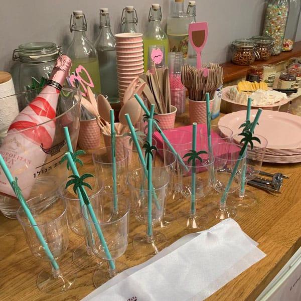 סידור שולחן לקראת מסיבת רווקות במתחם צאלנג הרצליה