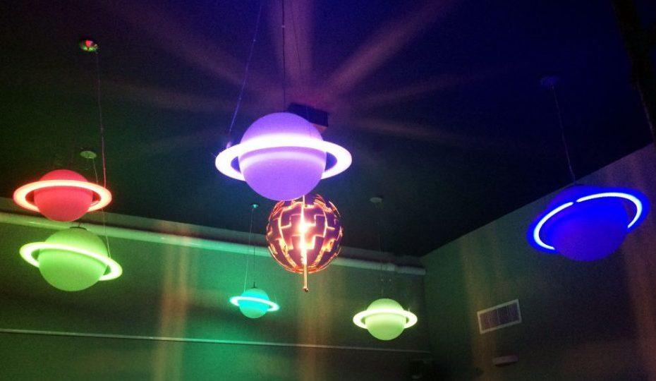 תאורת כוכבים ייחודית המשרה אווירה נעימה ואמנותית בלובי אירוח המפנק שלנו במתחם חדרי הבריחה צ'אלנג' בסניף ברקת 5 , הרצליה